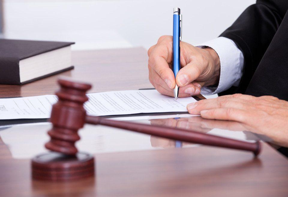 Detalhes legais sobre a contratação de uma empresa para prestação de serviço de cuidadores profissionais