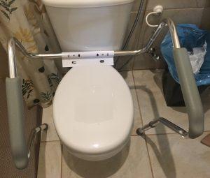 Cuidado com quedas do idoso no banheiro