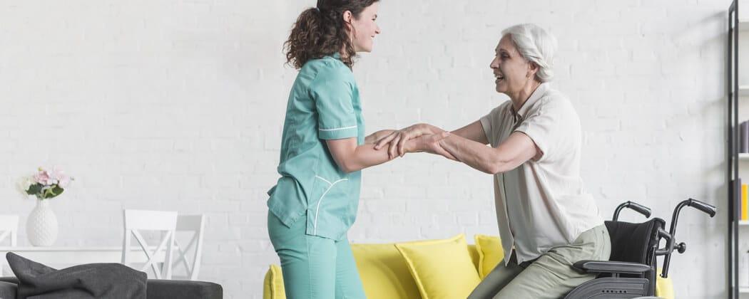 Cuidador de idosos evita quedas