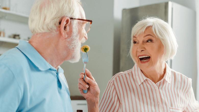 Como desengasgar um idoso